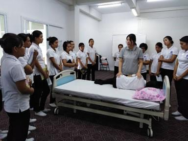 介護教育を受けるミャンマー人実習生たち