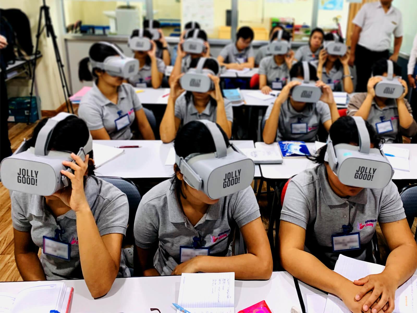 VRを使って介護研修を受けるミャンマー人研修…